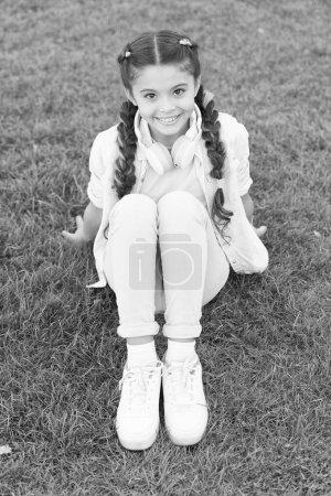 Photo pour L'été signifie des moments heureux et un bon soleil. Petit enfant profitant de vacances d'été. Petite fille se relaxant sur l'herbe verte le jour d'été. L'heure d'été. L'été . - image libre de droit