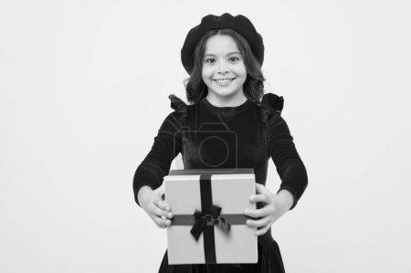 Photo pour Moments de choisir le meilleur cadeau. Boîte cadeau surprise. Enfant fille ravi cadeau. Une surprise inattendue. Célébrez votre anniversaire. Solution de don pour tous. Cadeau d'anniversaire d'amour. Se sentir reconnaissant pour le bon cadeau . - image libre de droit