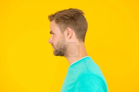 Photo pour Portrait de la perfection. Soins de coiffeur. hommes de beauté. Soins des cheveux et de la barbe. je trouve que c'est pas mal. mec sexy et stylé soie. bel homme non rasé le visage. fond jaune mec sexy. - image libre de droit