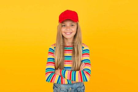 Photo pour Son sourire est magnifique. Petite fille avec un sourire mignon dans un style décontracté sur fond jaune. Enfant souriant avec un sourire blanc et sain sur un visage adorable. Petit enfant aux longs cheveux blonds et au sourire heureux . - image libre de droit