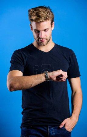 Photo pour Accessoire de luxe coûteux. Confident macho somptueux montre fond bleu. Les montres sont pratiques. Statut et réputation. Réparation de montre. Demeurer ponctuel. Homme bien soigné belle montre poignet hipster. - image libre de droit