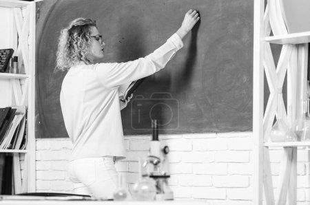 Photo pour Fille adorable professeur en classe. Programme éducatif pour l'école primaire. Structure du système éducatif. Les méthodes éducatives comprennent la narration discussion enseignement formation et recherche dirigée . - image libre de droit