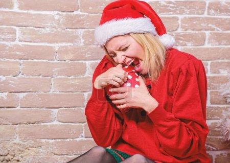 Photo pour Liste de souhaits. Certainement comme lui. Tout ce que je veux pour Noël. Femme excitée ouverture cadeau du père Noël. Excitation de la veille de Noël. Boîte de Noël ouvert. Visage heureux émotionnelle fille tenir cadeau de Noël. - image libre de droit