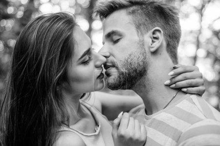 Photo pour Concept de baiser passionné. J'embrasse. Séduction et préliminaires. Baiser sensuel d'un couple charmant de près. Couple amoureux embrasser avec passion à l'extérieur. Homme et femme amoureux attrayants baiser romantique . - image libre de droit