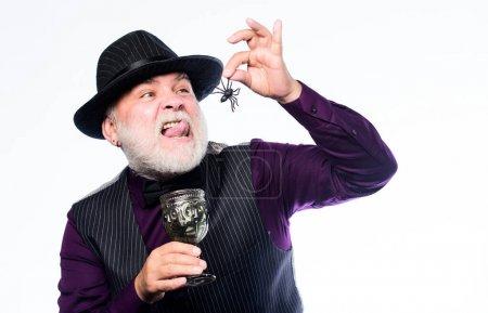 Photo pour Assez effrayant sans costume. homme mûr magicien en chapeau de sorcière. Joyeux Halloween. costume de vacances d'Halloween. Barman faire un cocktail pour la fête d'Halloween. sorcier maléfique cuisine potion magique avec araignée. - image libre de droit