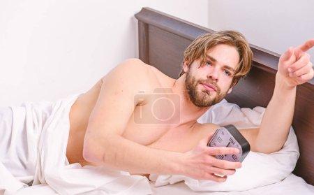 Photo pour Homme ressentant des maux de dos dans le lit après avoir dormi. Étirez-vous après le réveil le matin. Détente le matin - image libre de droit