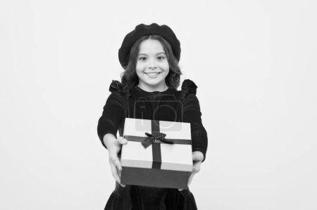 Photo pour Solution de don pour tous. Moments de choisir le meilleur cadeau. Célébrez votre anniversaire. Cadeau d'anniversaire d'amour. Je me sens reconnaissante pour le bon cadeau. Boîte cadeau surprise. Enfant fille ravi cadeau. Surprise inattendue . - image libre de droit