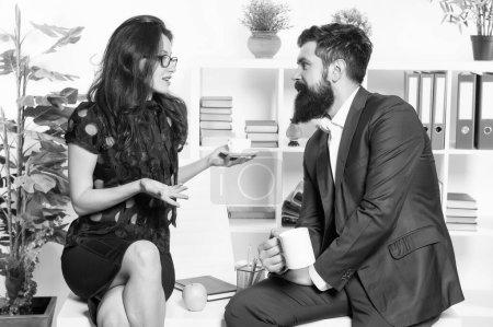 Photo pour Discussion sur une tasse de thé. Couples professionnels participant à la discussion d'affaires pendant la pause de travail. Discutez les gens d'affaires se détendre et communiquer au bureau. Discussion sur les affaires. - image libre de droit