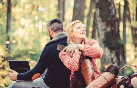 Photo pour Vie en ligne technologie moderne. Déconnexion de tous les comptes. La vie moderne. Couple heureux et aimant se détendre dans le parc avec des gadgets mobiles. La dépendance à Internet. Les gens modernes toujours impliqué la communication en ligne . - image libre de droit