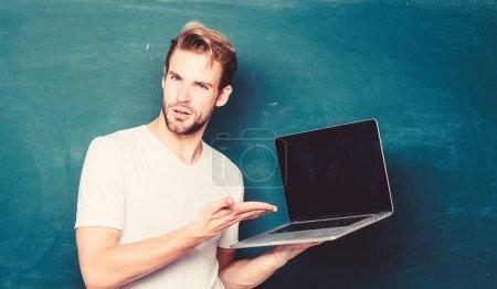 Photo pour La technologie numérique. Postuler cours en ligne pour programmeurs. Programmation du développement web. Apprendre le langage de programmation. Programmation pour enseignants avec ordinateur portable. Beau homme utiliser la technologie moderne . - image libre de droit