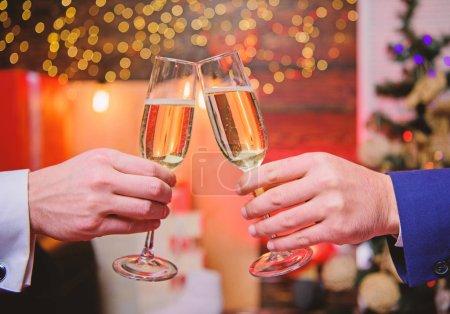 Photo pour Costume officiel de mains mâle tenez verres de champagne. Concept d'acclamations. Soirée corporative de nouvel an. Parti avec le champagne. Permet de célébrer. Année couronnée de succès. Boire du champagne au parti. Collègues célèbrent le nouvel an. - image libre de droit
