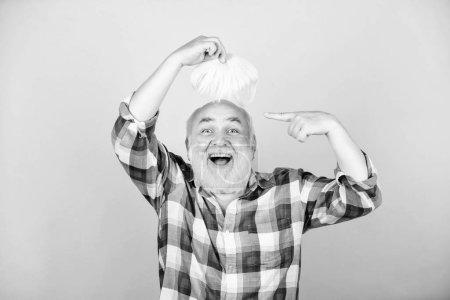 Photo pour Salon sans prétention. homme aîné avec la barbe grise. homme barbu mûr dans la perruque blanche. Concept de perte de cheveux. grand-père à la retraite. services de santé. grand-père heureux. barbier et coiffeur. mode masculine. - image libre de droit