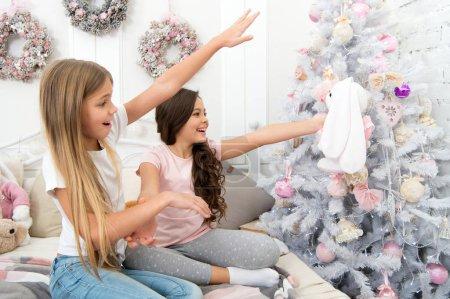 Photo pour Les fêtes ne sont pas encore terminées. Bonne famille célébrant Noël et la nouvelle année. Les jeunes enfants aiment célébrer la période des Fêtes. Célébrer et s'amuser ensemble. - image libre de droit