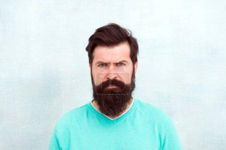 Photo pour Visage strict. Perceptions de la beauté masculine dans le monde entier. Homme barbu hipster élégant barbe fond gris. Barbe élégante et soin de la moustache. Apparence de hipster. Mode barbe et concept de coiffeur . - image libre de droit