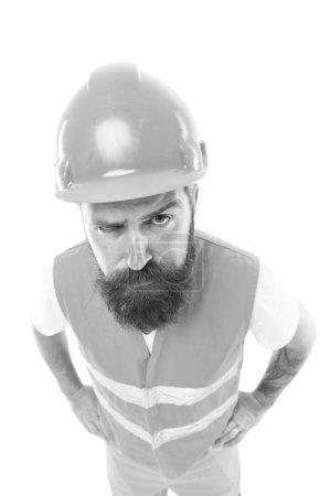 Photo pour Constructeur de travailleur confiant et réussi. Concept d'équipement de protection. Constructeur profiter du succès. Fort beau constructeur. Créer des bases solides. Chapeau dur protecteur d'homme et fond blanc uniforme. - image libre de droit