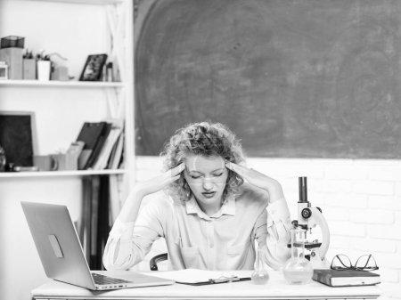 Photo pour Un éducateur stressant. Un scientifique stressant. Fille fatigué expression stressante avec ordinateur portable et microscope recherche de travail biologie et chimie. Tension nerveuse. Profession stressante de l'enseignant . - image libre de droit