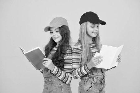 Foto de Las niñas con libros estudian juntas. Regreso a la escuela. Aprendizaje de idiomas extranjeros. Los grupos de estudio eficaces ayudan a los estudiantes a aprender material más profundo. El grupo de estudio puede ayudar a solidificar y aclarar el material. - Imagen libre de derechos