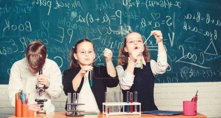 Photo pour Petits enfants à l'école. étudiants faisant des expériences au microscope. heureux jour des enfants. Chimie. Je retourne à l'école. Petits enfants apprenant la chimie au laboratoire de l'école.Ce qui semble être un problème - image libre de droit