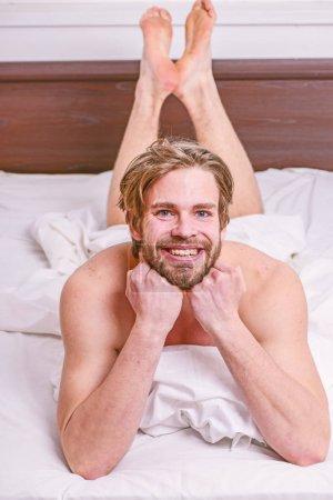 Photo pour Conseils de routine matin pour se sentir bien toute la journée. Beau mec homme poser dans son lit dans la matinée. Comment se lever matin se sentant frais. Profitez tous les matins. Conseils sur la façon de se réveiller à se sentir frais et énergique. - image libre de droit