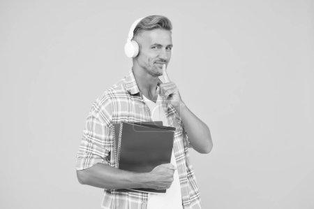 Photo pour Bibliothèque audio. De beaux livres d'écouteurs pour étudiants. Étudier les langues. Une autre façon d'étudier. Apprendre l'anglais. Technologie éducative. Étudier. Concept de livre audio. Accès mondial aux connaissances . - image libre de droit