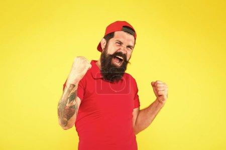 Photo pour Concept de bonheur. Santé psychologique. Joyeux gars émotionnel. Émotions positives. Homme heureux sur le fond jaune. gagnant. Journée réussie. Expression souriante satisfaite heureuse d'homme. Visage heureux d'homme. - image libre de droit