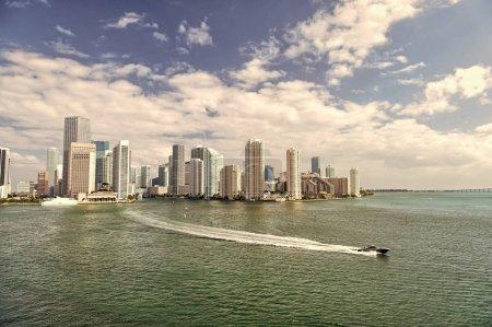 Arquitectónicamente impresionantes torres de gran altura. Rascacielos y agua azul del océano. Debo ver atracciones. Frente al mar de Miami bordeado de puertos deportivos. Centro de Miami centro urbano. Distrito Comercial de Miami