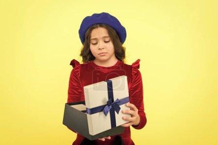 Photo pour Quelque chose ne va pas. Cadeau d'anniversaire d'amour. Je me sens triste. Boîte cadeau surprise. La gamine a déçu le cadeau. Une surprise inattendue. Célébrez votre anniversaire. Solution de don pour tous. Rêve écrasé . - image libre de droit