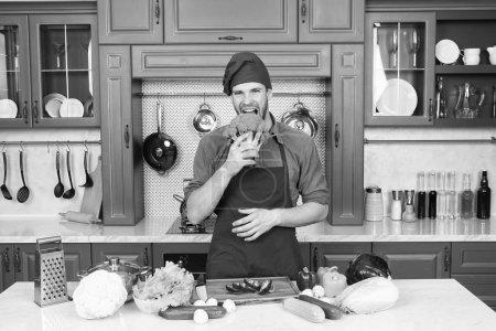 Photo pour Vas-y vert. Beau cuisinier dans la cuisine. Chef suivant la recette. Dîner de cuisine avec recette traditionnelle. Préparer le repas. Une nourriture saine. Cuisine professionnelle. Cuisine traditionnelle. L'homme au concept de cuisine . - image libre de droit