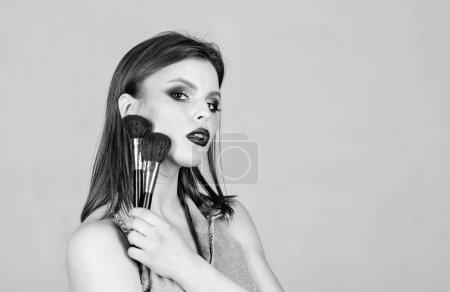 Photo pour La sexualité. cosmétiques pour soins de la peau. femme sensuelle aux cheveux longs, style. maquillage mode visage. salon de coiffure. Baguette à lèvres et ombre à paupières. femme sexy avec maquillage professionnel. copie espace. - image libre de droit