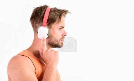 Photo pour Repos dans la joie. espace de copie. playlist relax. sexy homme musclé écouter de la musique de playlist. homme se détendre dans les écouteurs isolés sur blanc. unshaven man relax avec chanson préférée. - image libre de droit