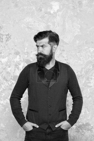 Photo pour Ça a l'air branché. Coiffeur barbier vintage. Mode masculine et beauté. Homme confiant salon de beauté. Une moustache brutale. moustaches élégantes bien rognées regardant bien. Tenue formelle hipster barbu . - image libre de droit