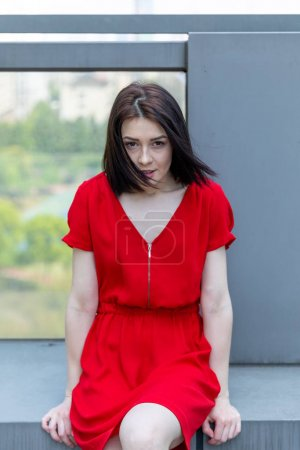 Photo pour Portrait d'une fille posant en plein air - image libre de droit