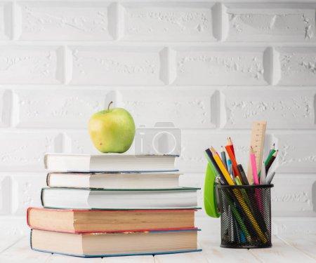 Photo pour Fournitures scolaires sur la table, gros plan - image libre de droit