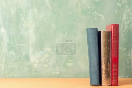 Photo pour Vieux livres sur étagère, gros plan - image libre de droit
