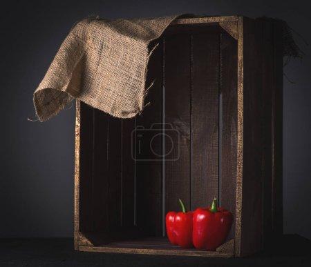 Foto de Pimiento rojo en caja de madera, de cerca - Imagen libre de derechos