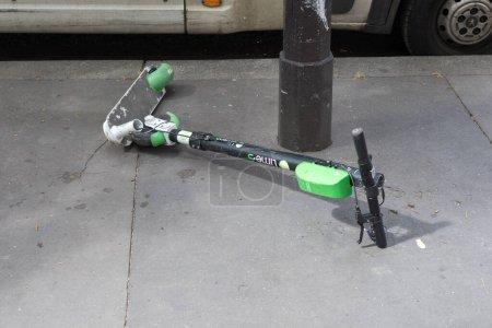 Photo pour Scooter électrique cassé sur la route à Paris, France 10-9-19. Ceci représente 2 problèmes écologiques majeurs : obsolescence planifiée et objets d'utilisation à court terme - image libre de droit