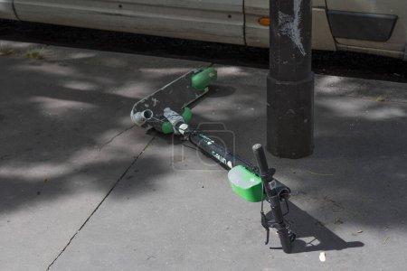 Photo pour Mode de vie parisien non écologique : objets à usage court terme : Scooter électrique cassé sur la route à Paris, France 11-9-19 - image libre de droit