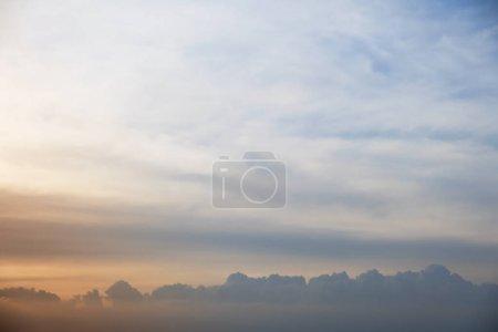 Photo pour Le ciel du soir avec le soleil - image libre de droit