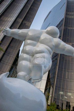Photo pour Vue de statue blanche sur fond d'architecture moderne de la ville - image libre de droit
