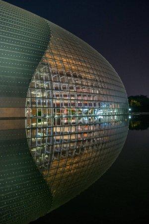 Photo pour Vue du Grand Théâtre National de Pékin en reflet dans l'eau du lac la nuit - image libre de droit