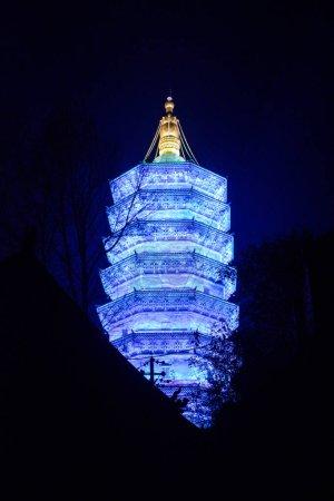 Photo pour Vue à faible angle de l'éclairage de la pagode la nuit, Chine - image libre de droit