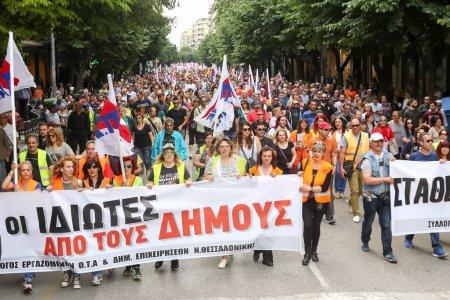 Photo pour Thessalonique, Grèce - 17 mai 2017 : Manifestants lors d'une grève générale nationale à Thessalonique. Les travailleurs grecs ont quitté le pays mercredi pour une grève générale contre l'austérité - image libre de droit