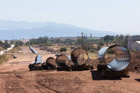 Photo pour Construction d'un gazoduc Trans Adriatic Pipeline TAP dans le nord de la Grèce. Le pipeline part de la mer Caspienne et atteint la côte du sud de l'Italie - image libre de droit