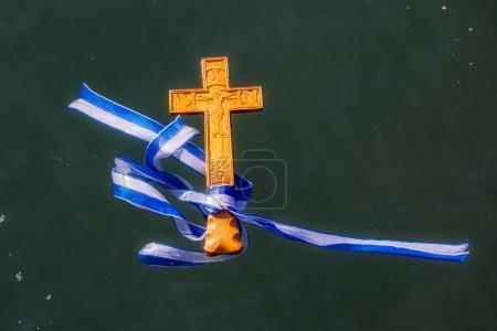 Photo pour Thessalonique, 6 janvier 2018 : plan rapproché d'une croix en bois dans la mer, à la bénédiction de la cérémonie de l'eau marquant l'Épiphanie orthodoxe, au port de Thessalonique - image libre de droit