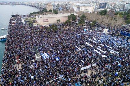 Foto de Tesalónica, Grecia - 21 de enero de 2018: Miles de personas protestan contra cualquier compromiso griego sobre la disputa por el nombre con la Antigua República Yugoslava de Macedonia en Tesalónica, Grecia - Imagen libre de derechos
