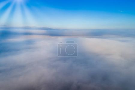 Foto de Vista aérea. Volando sobre las nubes. Cámara aérea grabada. Panorama del paisaje . - Imagen libre de derechos