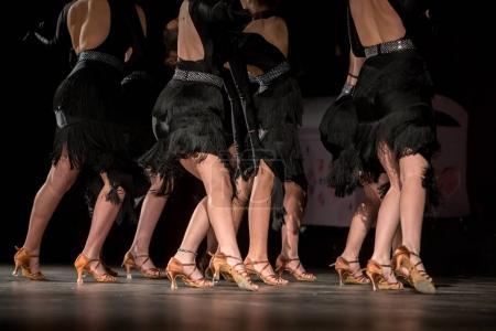 Photo pour Jambes de jeunes danseurs sur le dance floor - image libre de droit