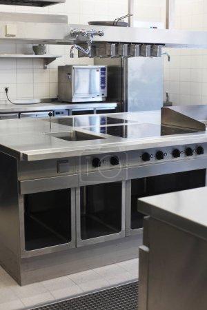 Photo pour Tir intérieur d'une cuisine industrielle vide - image libre de droit