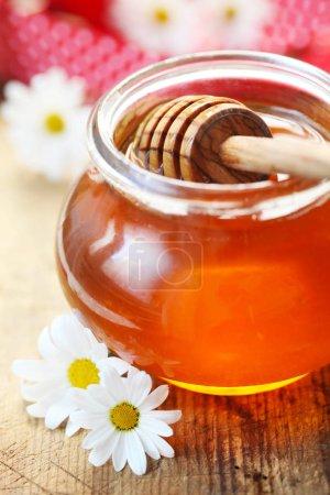 Photo pour Gros plan de miel dans un bocal en verre - image libre de droit