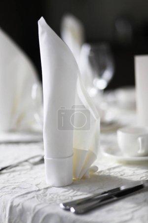 Photo pour Plan rapproché de la table en chemise blanche - image libre de droit